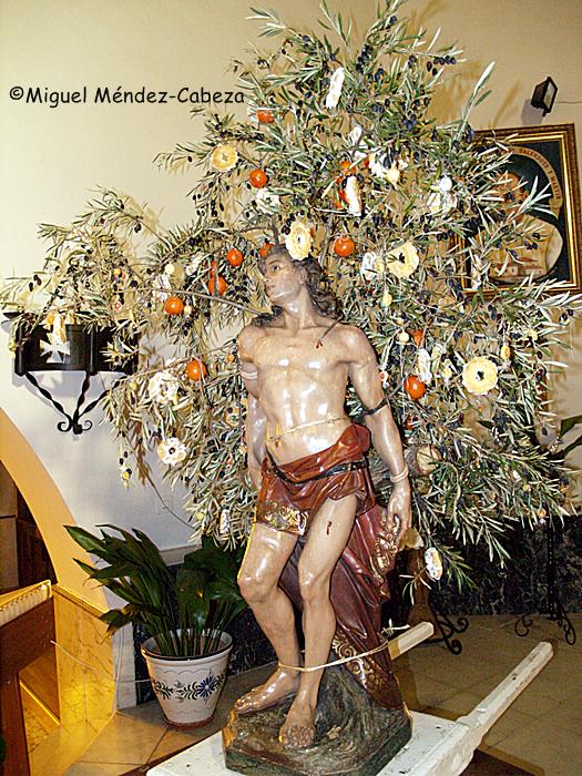 Imagen de San Sebastián con su decoración vegetal y otros elementos típicos de un rito de fertilidad