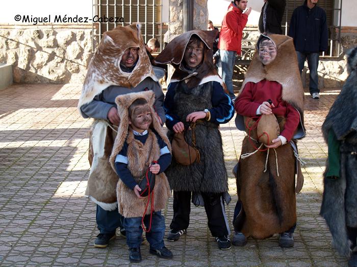 Niños disfrazados de perro en la fiesta de San Sebastián de Santa Ana de Pusa