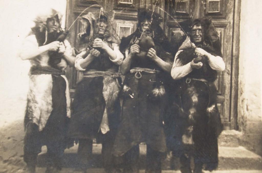 """Fotografía antigua de la fiesta de San Sebastián o Los Perros de Santa Ana de Pusa con los quintos vestidos de """"perro"""""""