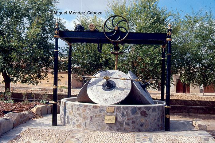 Rulos y maquinaria de una almazara en un monumento de Belvís de La Jara