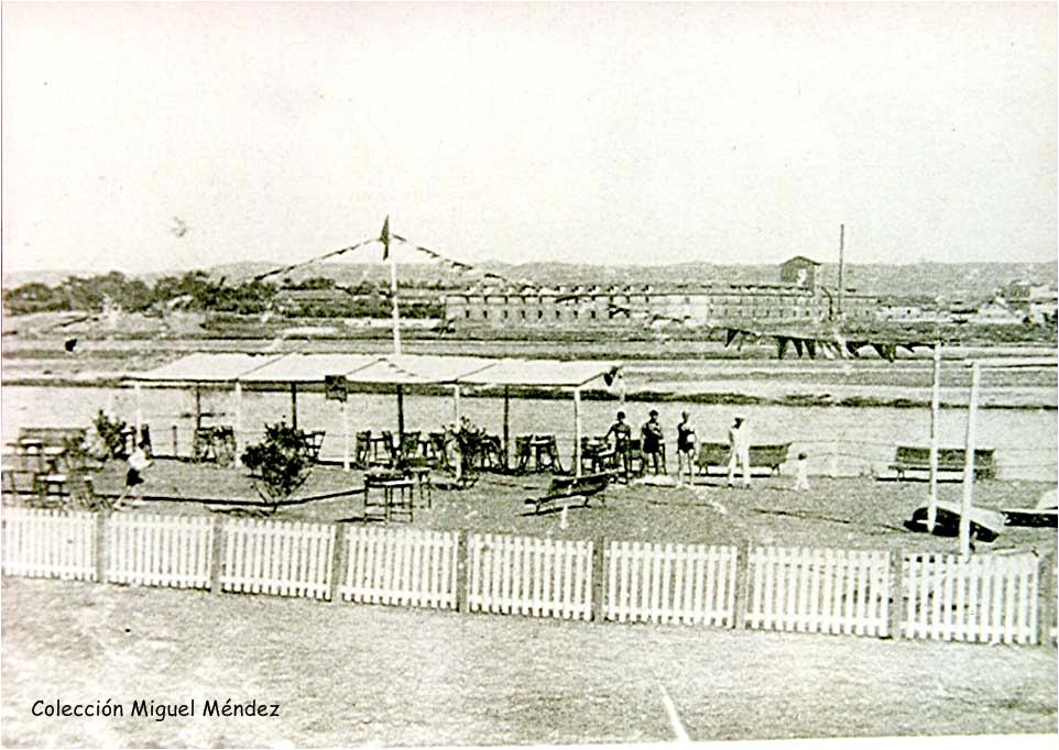 Foto de los años 30 donde aparece el Canoe Club de Talavera y la Real Fábrica de Sedas