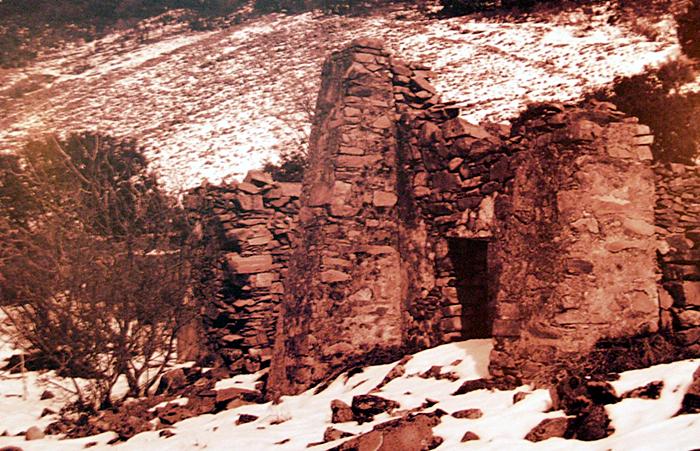 Fotografía antigua en la que se ven las instalaciones mineras de Sierra Jaeña tras una nevada