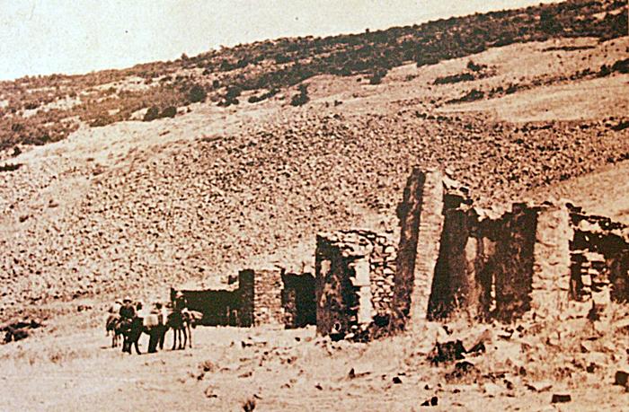 Fotografía antigua con las instalaciones de la mina de oro llamada Pilar en 1945