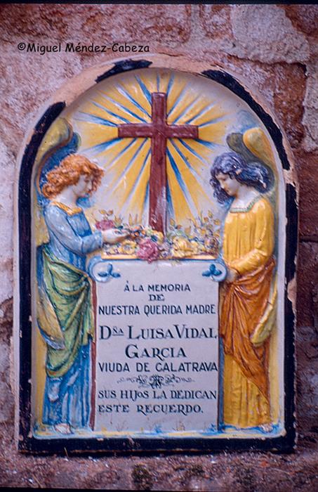 Placa funeraria en cerámica en color del taller de Ruiz de Luna