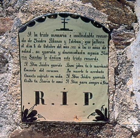 Placa de cerámica funeraria del cementerio viejo de Oropesa