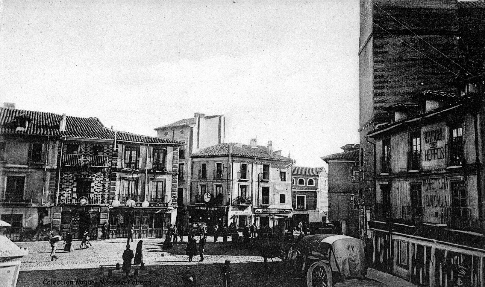 Foto de la plaza del Reloj a principios de siglo. Con un aspecto no muy diferente del que tendría durante el pronunciamiento carlista