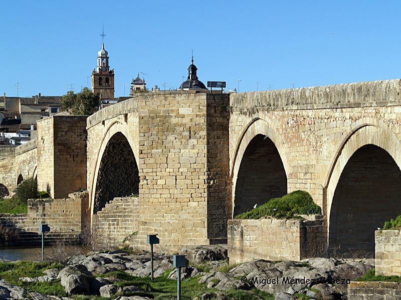 Fotografía del puente construido por el Arzobispo Tenorio que muestra los dos pilares que sostenían las torres hoy desaparecidas