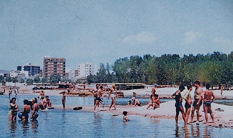 Bañistas junto a un kiosco de Los Arenales