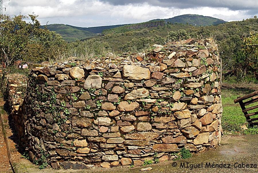 Muro levantado con mampostería de cuarcita en Piedraescrita