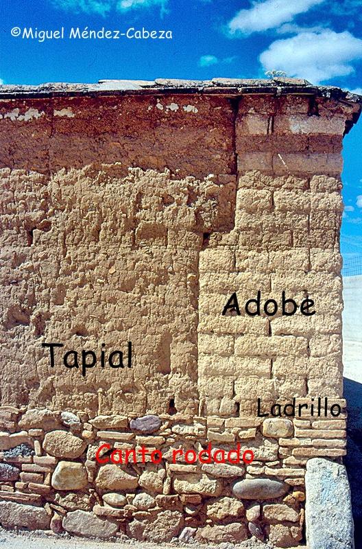 Fotografía de una vivienda en Azután donde podemos ver varios materiales utilizados para la construcción de un muro: adobe, tapial, ladrillo, canto rodado, y cantonera de granito