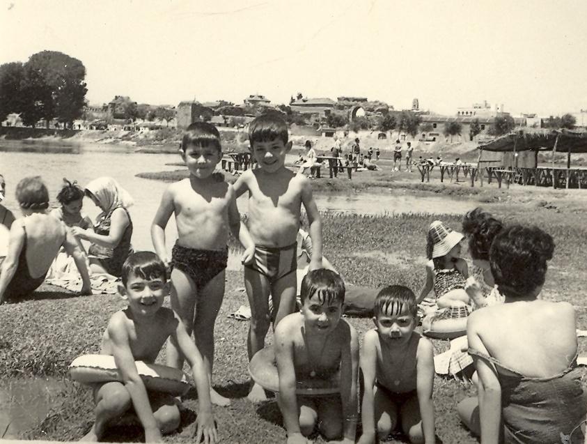 Familia talaverana bañándose en el río Tajo junto a uno de los kioscos de Los Arenales