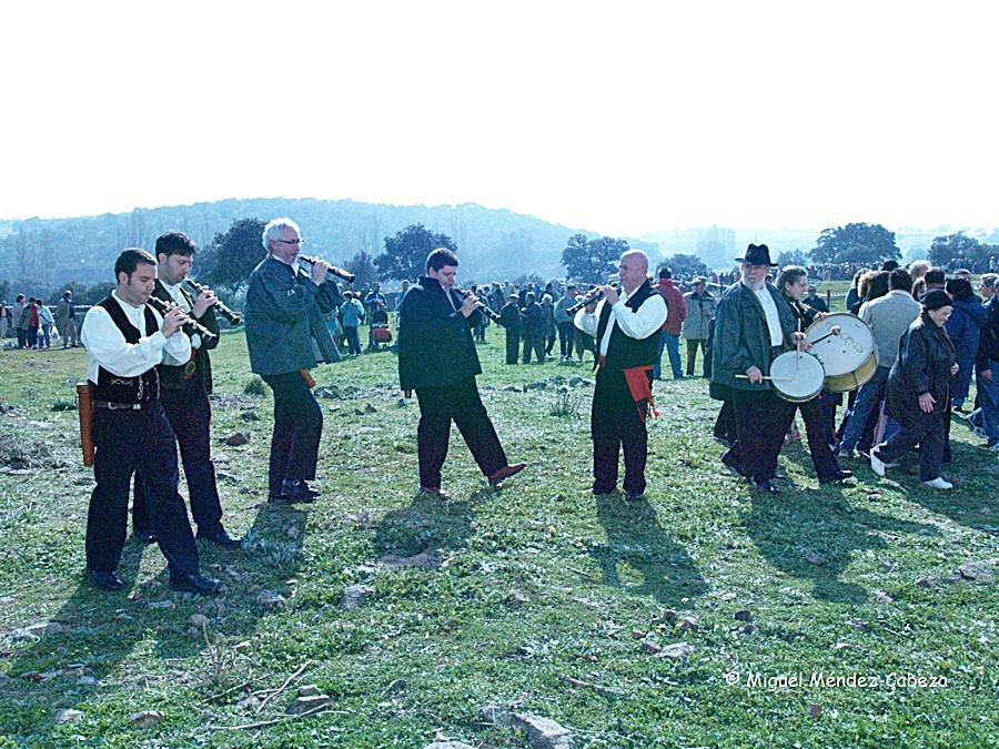 Los músicos animan la romería de Santa Apolonia