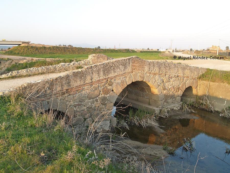 Puente del siglo XV dobre el arroyo Bárrago