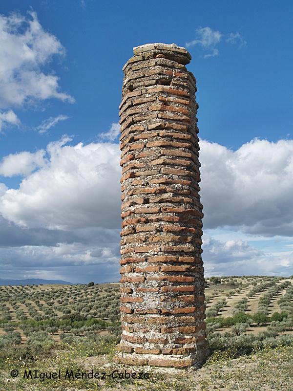 Rollo del desaparecido pueblo de Sanchón entre los olivares de Cebolla