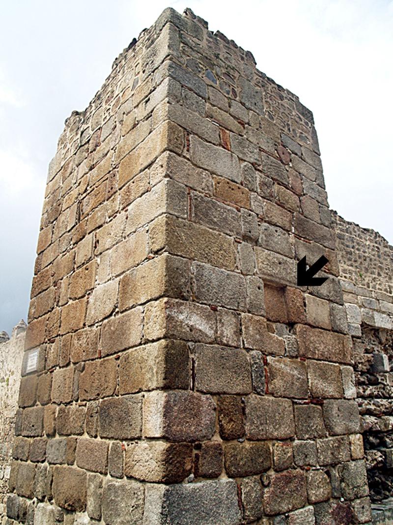 Torre de la alcazaba en la Ronda del Cañillo. La flecha señala el lugar de la lápida desaparecida