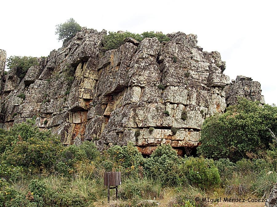 El risco Ñaña y su covacha, lugar de aparición de la mora para peinarse