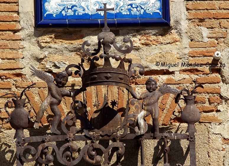 Los Navalmorales era en el siglo XVII lugar ideal para curar las heridas de cabeza, según su párroco. Detalle de una reja de la parroquia de Los Navalmorales