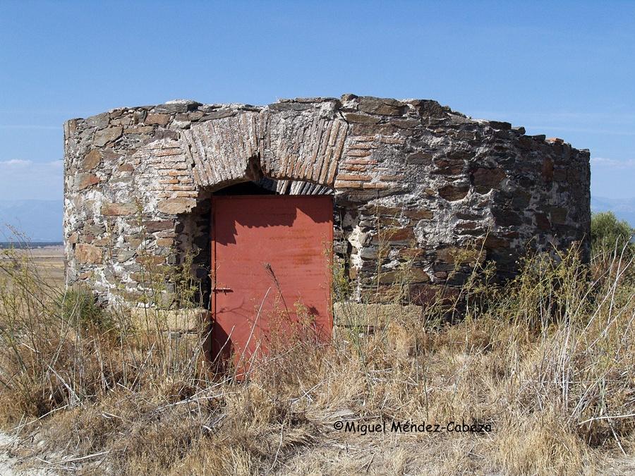 Restos del molino de viento de Torralba, al fondo Oropesa