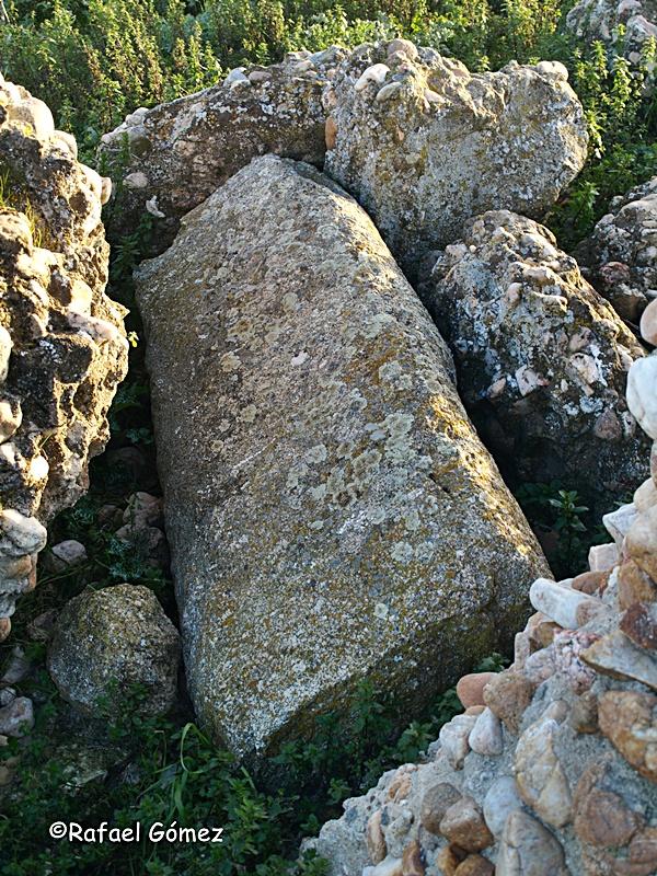 Tapa de un sepulcro entre las ruinas de la iglesia de Brugel