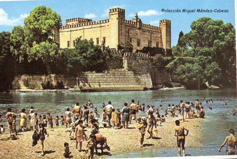 Foto de los años 70 con el castillo de malpica y bañistas en el Tajo
