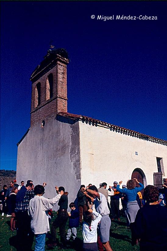 Los romeros bailan ante la ermita de Santa Apolonia