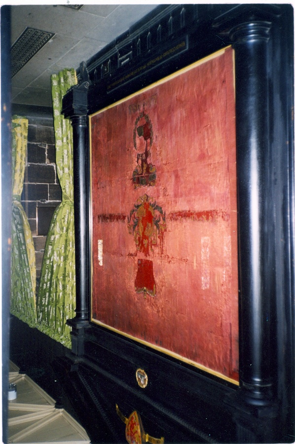 Estandarte de la Batalla de Talavera junto a la puerta de la catedral de Gasgow