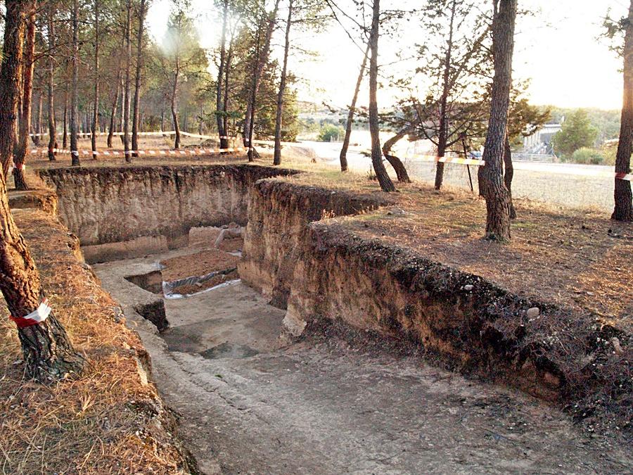 Excavación del yacimiento de Puente Pinos junto al muro del embalse de Azután
