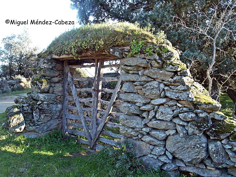 Portera de un prado en Castillo de Bayuela. Las puertas son de resistente madera de enebro