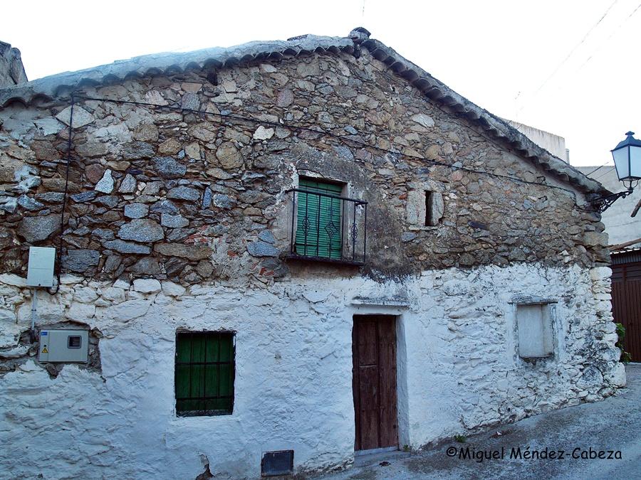 Ejemplar de vivienda arquitectura popular tradicional en castillo de Bayuela. Mampostería de granito con piso bajo blanqueado