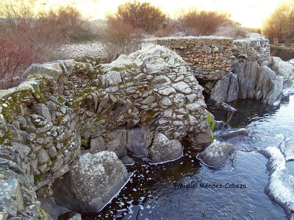 Presa de un molino de agua en el río Huso. Trazado muy irregular construido con pizarras y cuarcitas rodadas