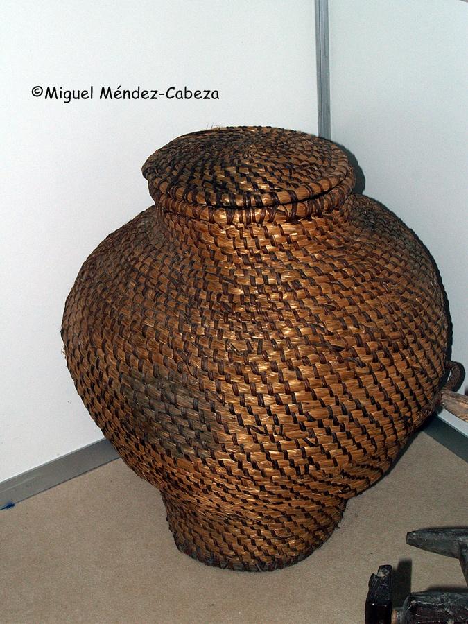 Además de las típicas sillas de anea, este material vegetal se empleaba también para hacer recipientes como el de la foto