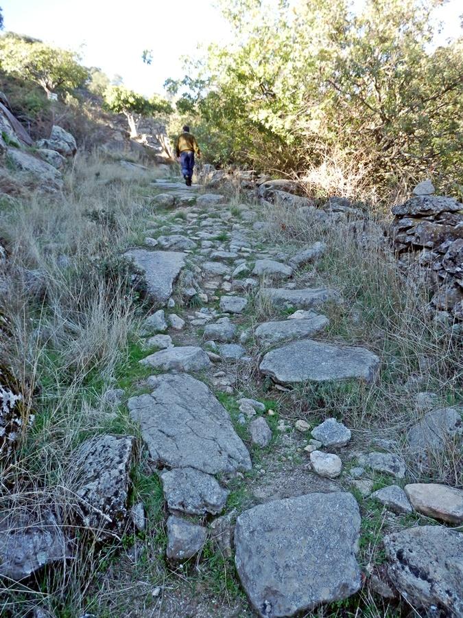 Camino empedrado que sube al cerro del Castillo tal vez desde tiempos prehistóricos