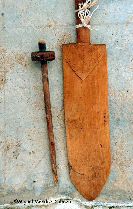 Espada de espadar el lino y rueca para hilar