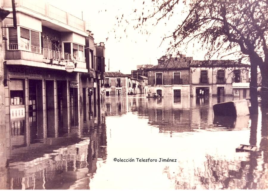Confluencia de la calle San Ginés con la Portiña de San Miguel inundadas