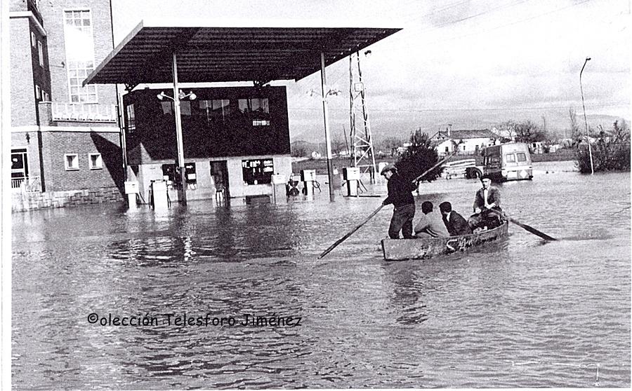 Telesforo con su barca junto a la gasolinera Edán