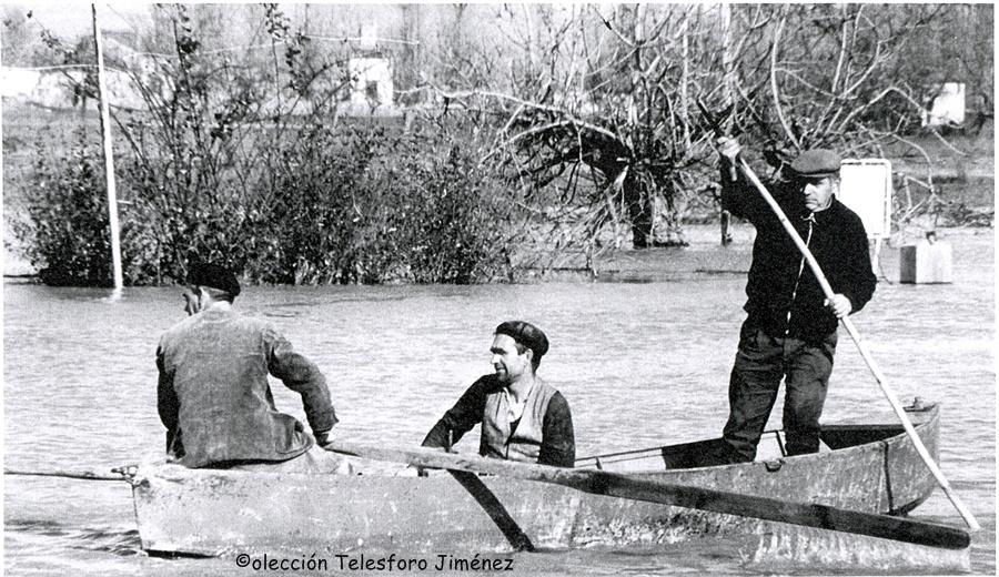 Telesforo con su barca en la zona de huertas a la entrada de Talavera