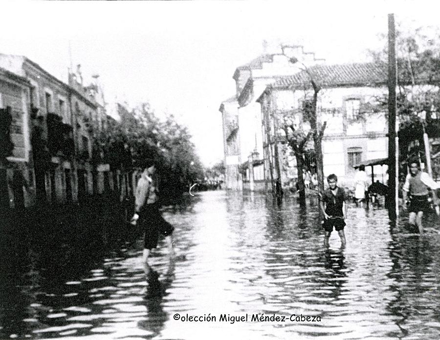 Inundación en la plaza de la Trinidad a principio de siglo. Se ve al fondo todavía en pie el convento trinitario