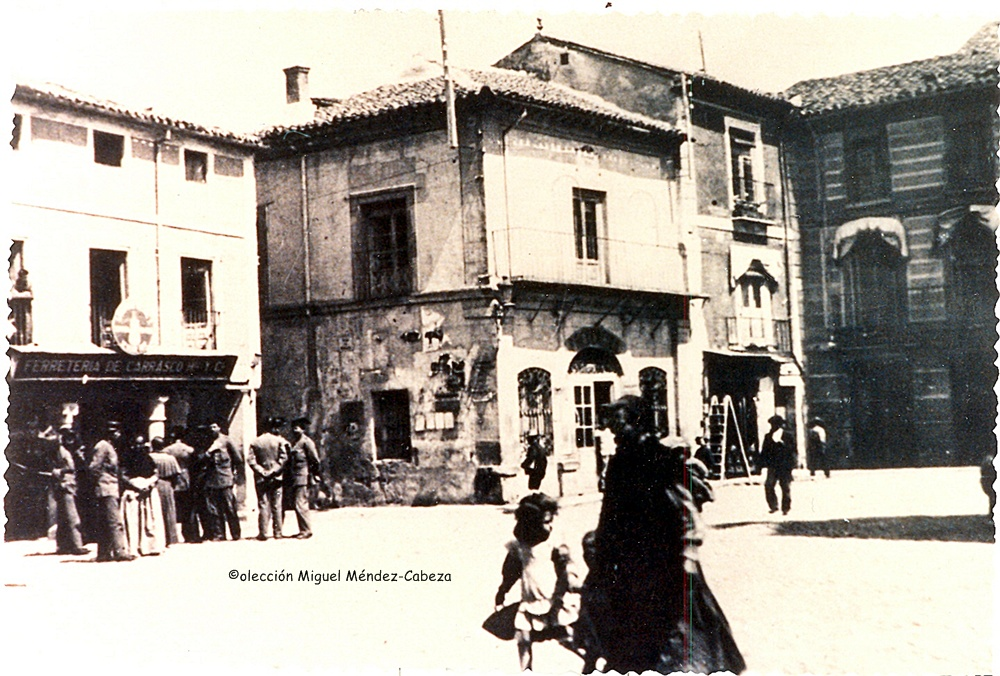 Vista de la plaza del Reloj. El edificio que aparece por detrás de la mujer es la actual cafetería Nueva España