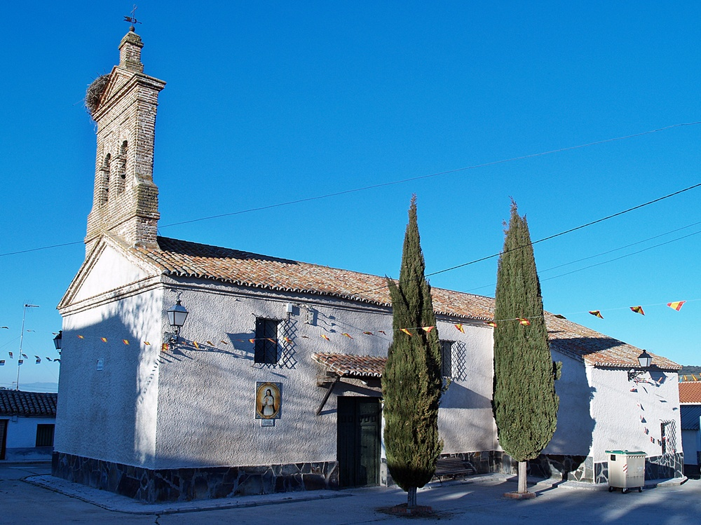 Modesta iglesia de Las Herencias con su espadaña de ladrillo