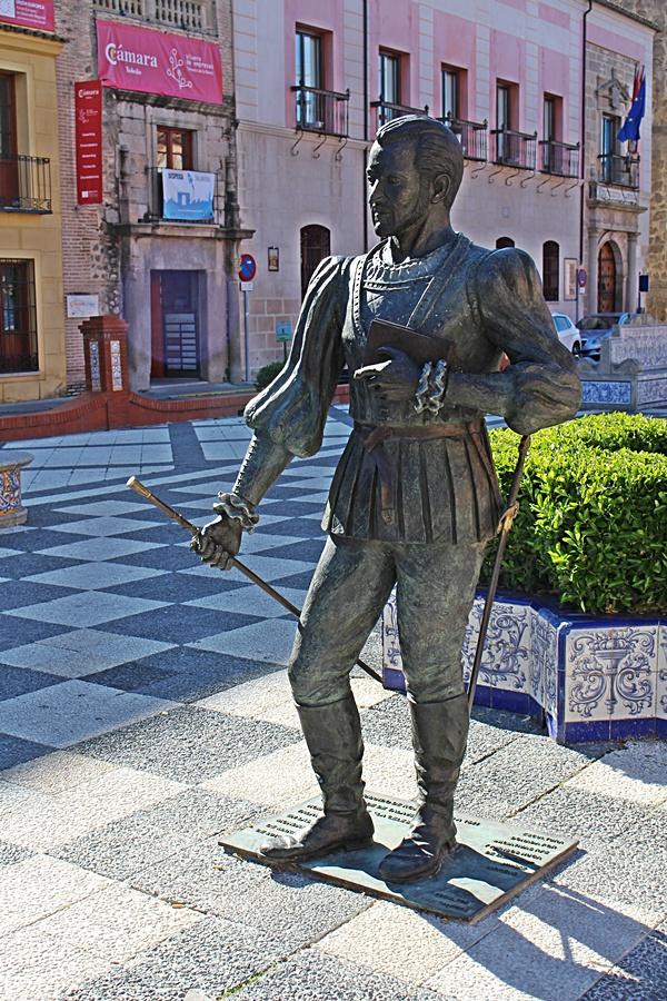 Escultura dedicada a Fernando de Rojas en la Plaza del Pan