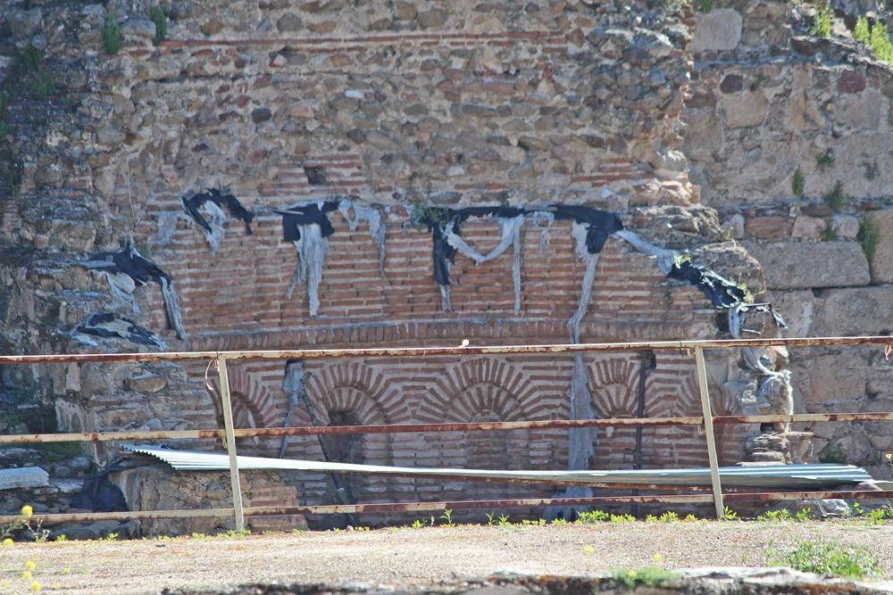 Restos mudéjares de la capilla de la alcazaba cubiertos de andrajos permanentes