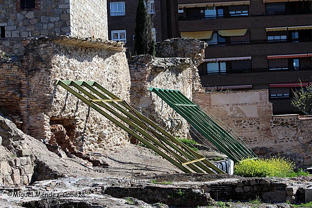 Bonito apuntalamiento eterno de un muro de la alcazaba