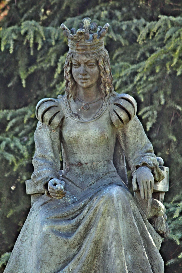 Escultura que representa a la reina María de Portugal en la Puerta de Cuartos de talavera