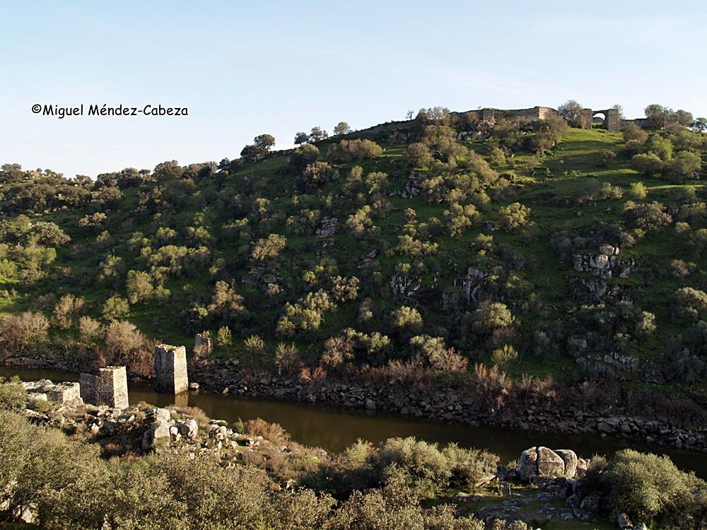 Tajamares del puente árabe bajo la fortaleza de Castros