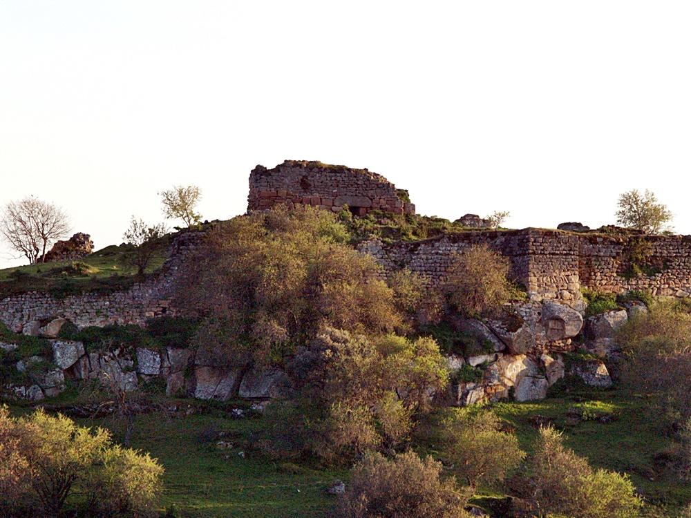 Torre fuerte interior y murallas de la fortaleza de Castros