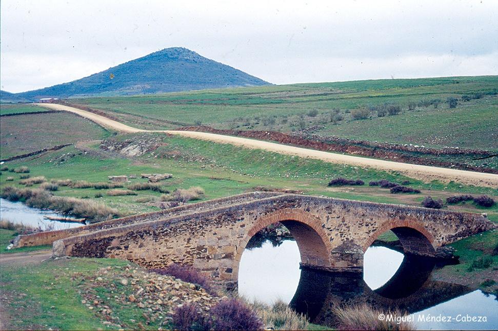Puente, camino y lavadero en La Estrella