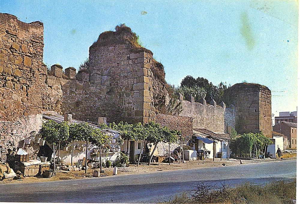Murallas de la alcazaba en una antigua postal