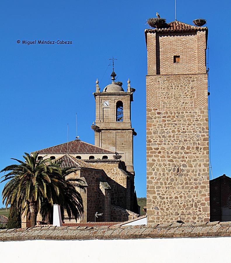 La torre medieval de la Casa del Cura y la iglesia de Alcaudete
