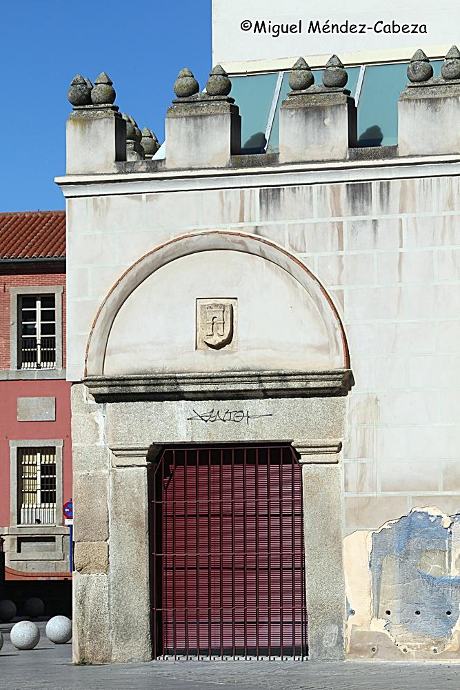 Puerta posterior del antiguo ayuntamiento. tal vez por esa puerta entraba el alcalde por el estado noble, el bachiller Fernando de Rojas