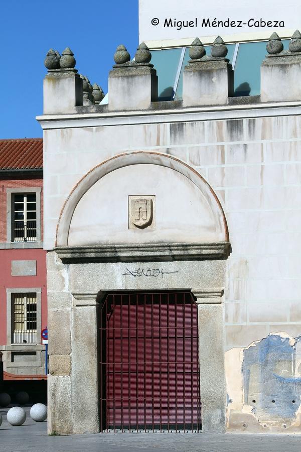 Puerta trasera con escudo de Talavera por donde algunos dicen que entraba Fernando de Rojas